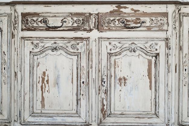 Close-up do buraco da fechadura móveis de gabinete branco cômoda antiga com tinta descascada Foto Premium