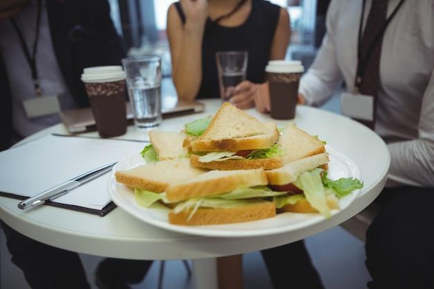 Close-up do café da manhã na mesa com empresários