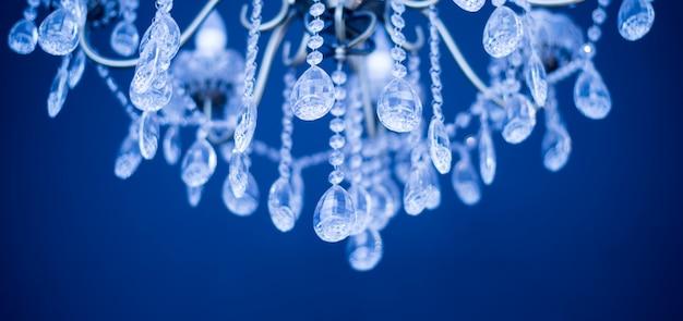 Close-up do candelabro de chrystal. fundo de glamour com espaço de cópia