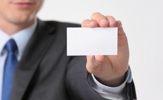 Close-up do cartão de visita na mão do homem