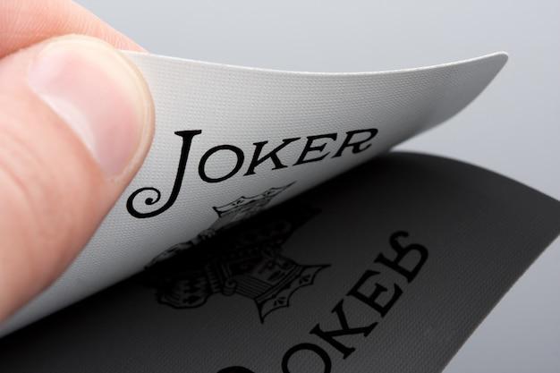 Close-up do cartão joker na palma da mão