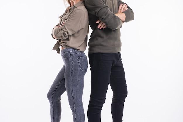 Close-up do casal mulher e homem em pé de costas.