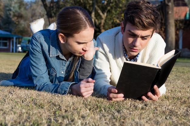 Close-up do casal prestando atenção à leitura