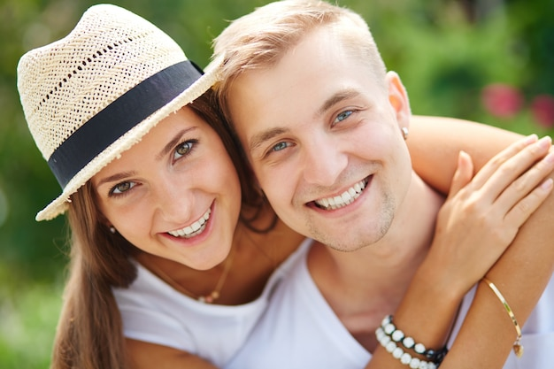 Close-up do casal ri ao ar livre
