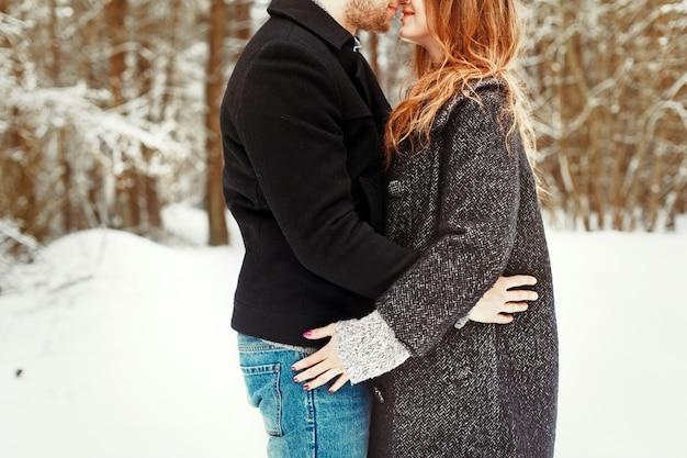 Close-up do casal se abraçando na neve