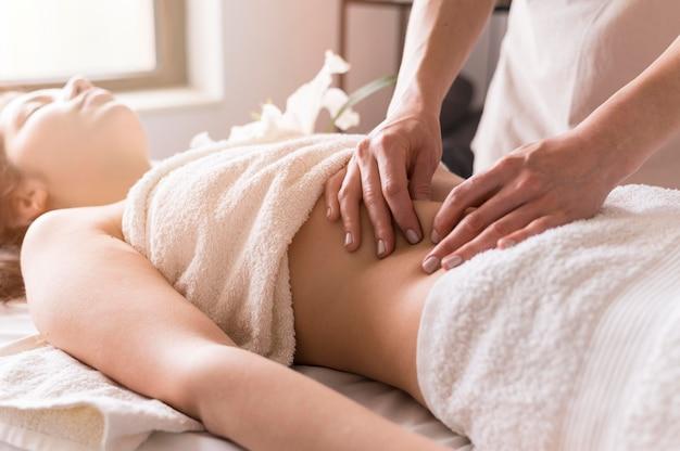 Close-up do conceito de massagem no abdômen
