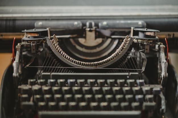 Close-up do conceito de tempo nostálgico da máquina de escrever preta vintage