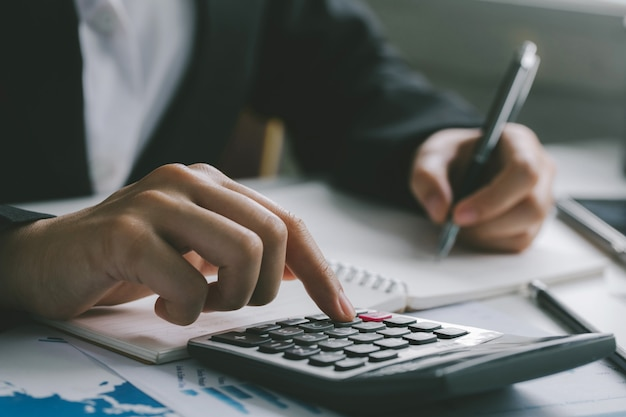 Close-up do contador de empresário ou banqueiro fazendo cálculos.