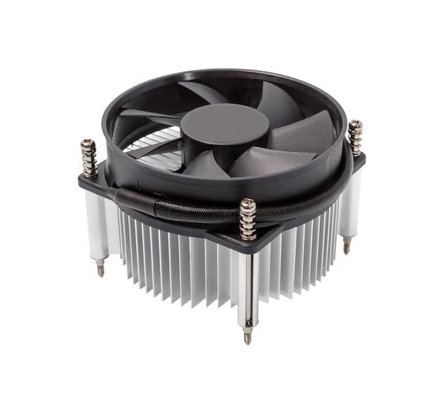 Close-up do cooler da cpu do computador isolado em um fundo branco
