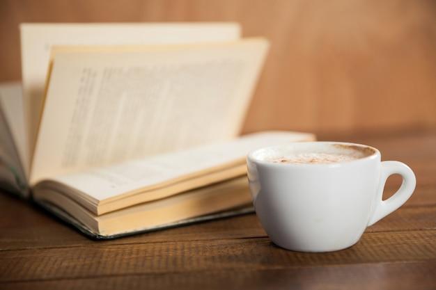 Close-up do copo e livro de café