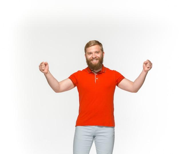 Close up do corpo de homem novo no t-shirt vermelho vazio isolado no fundo branco. mock-se para disign conceito