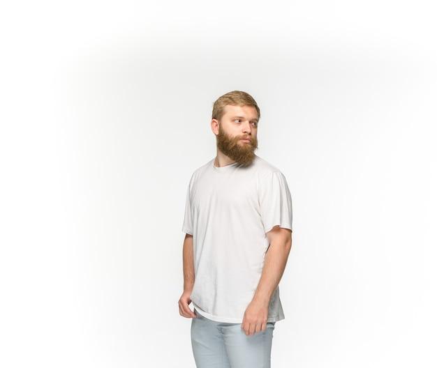 Close-up do corpo do jovem em t-shirt branca vazia, isolado no fundo branco. roupas, simulação para o conceito de design com espaço de cópia. vista frontal