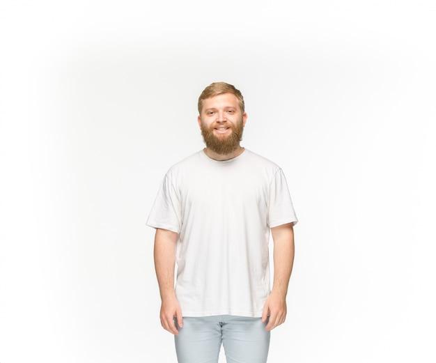 Close-up do corpo do jovem em t-shirt branca vazia no branco.