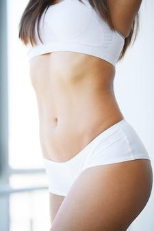 Close up do corpo magro bonito da mulher com as nádegas