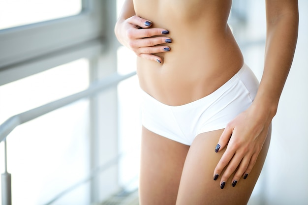 Close up do corpo magro bonito da mulher com nádegas sensuais, bunda grande