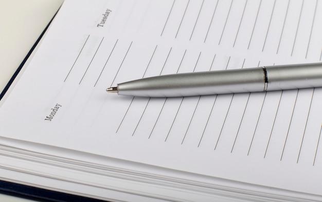 Close-up do diário e caneta na madeira