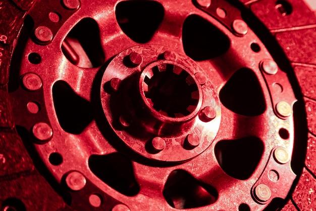 Close-up do disco de embreagem e cesta em fundo escuro