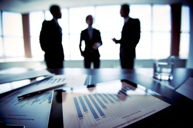 Close-up do documento financeiro com fundo executivos desfocada