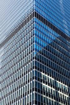 Close up do edifício de vidro e concreto.