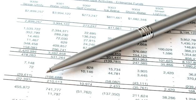 Close-up do empresário analisando o gráfico no escritório