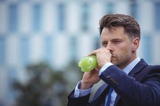 Close-up do empresário bebendo suco
