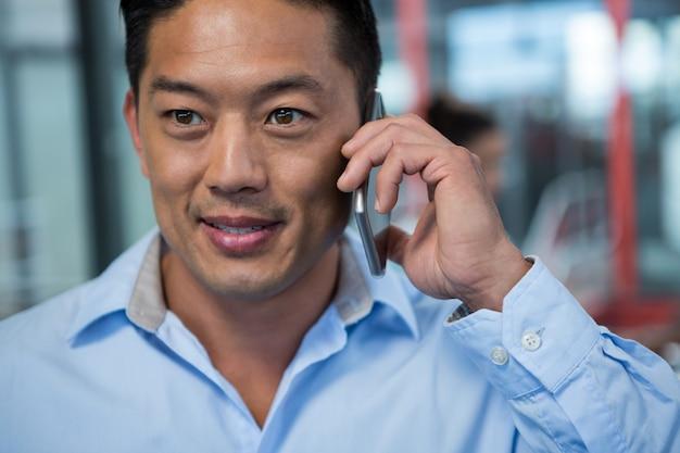 Close-up do empresário falando no celular