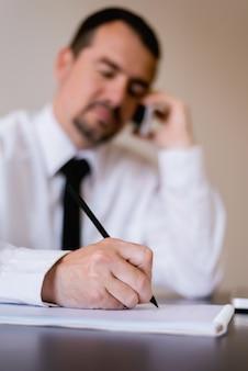 Close-up do empresário mais velho, assinar o contrato ou documentos em seu escritório