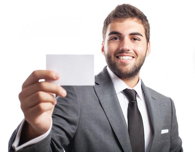 Close-up do empresário segurando um cartão em branco