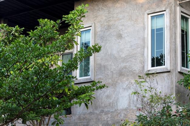 Close up do estilo loft de casa no jardim verde