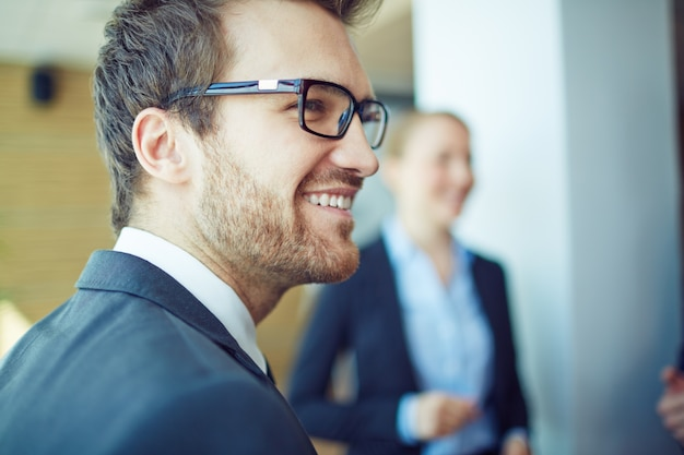 Close-up do executivo barba por fazer com óculos