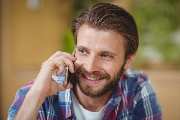 Close-up do executivo de negócios masculino falando no celular