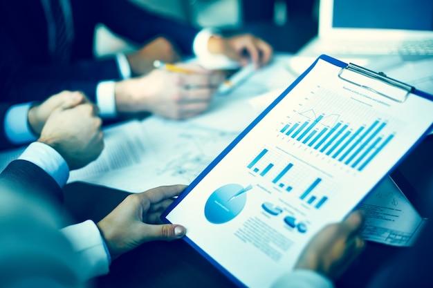Close-up do executivo segurando um relatório económico