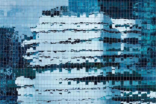 Close up do exterior de um edifício de vidro