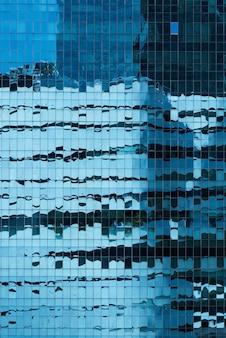 Close-up do exterior de um edifício de vidro