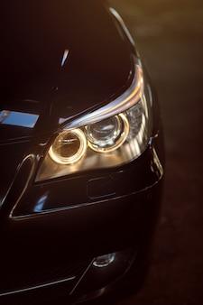 Close up do farol de um carro moderno farol da lâmpada do carro exterior de um carro exprnsivo