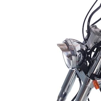 Close-up do farol na moto vintage em fundo branco