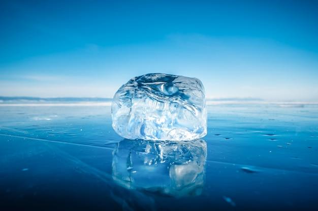 Close-up do gelo de quebra natural na água congelada no lago baikal, sibéria, rússia.