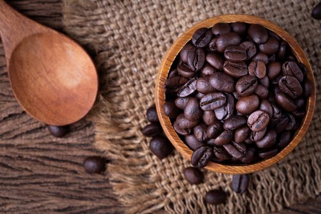 Close-up do grão de café na mesa de madeira.