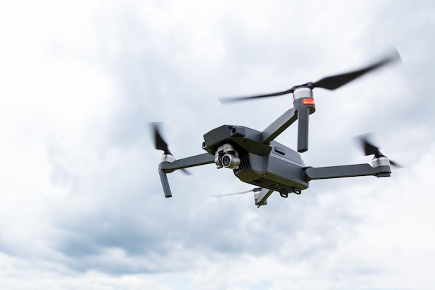 Close-up do helicóptero drone com uma câmera