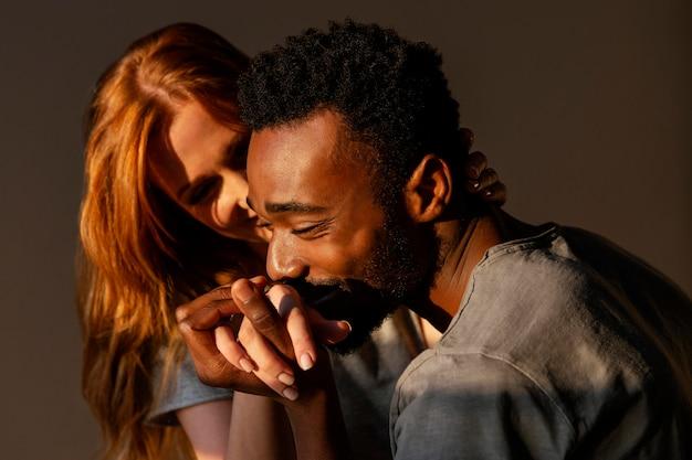Close-up do homem beijando a mão da mulher