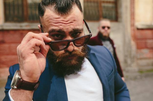 Close-up do homem com óculos de sol posando Foto gratuita