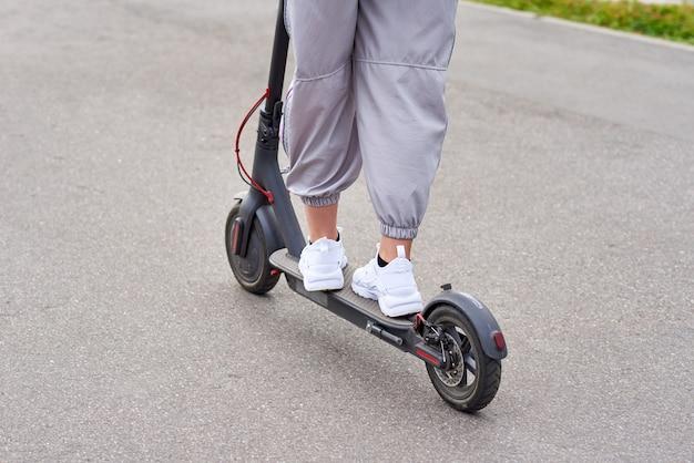 Close-up do homem dirigindo na scooter elétrica na cidade