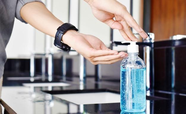 Close-up do homem durante a lavagem das mãos com sabonete, conceito de higiene