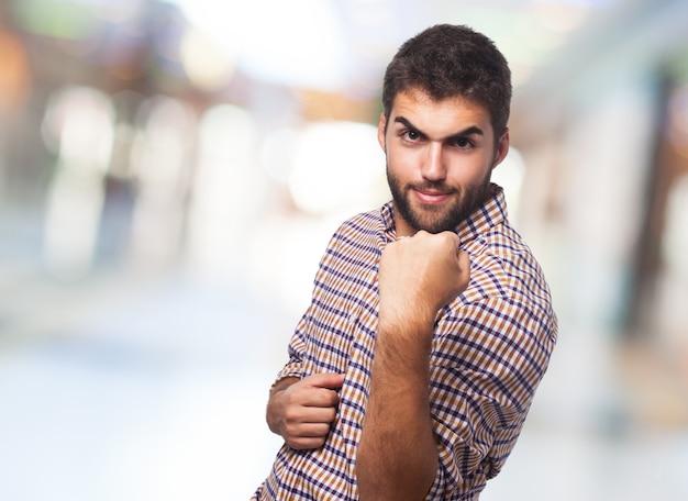Close up do homem irritado que mostra o punho