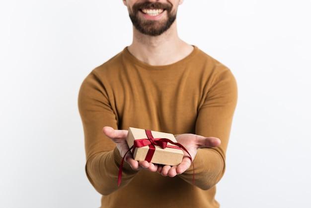 Close-up do homem oferecendo presente