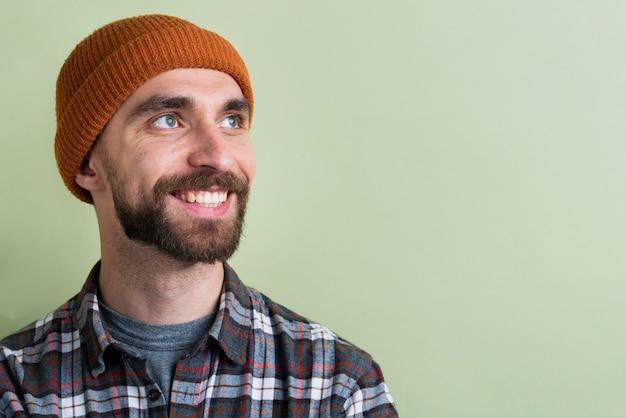 Close-up do homem olhando para longe e sorrindo