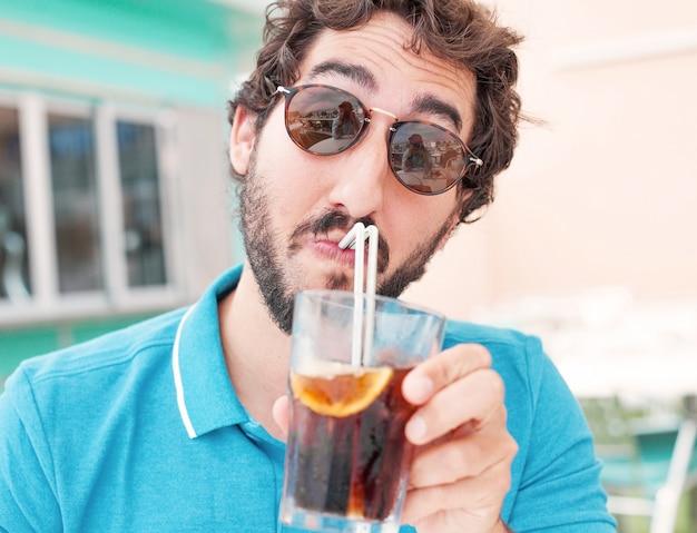 Close-up do homem que bebe um refrigerante