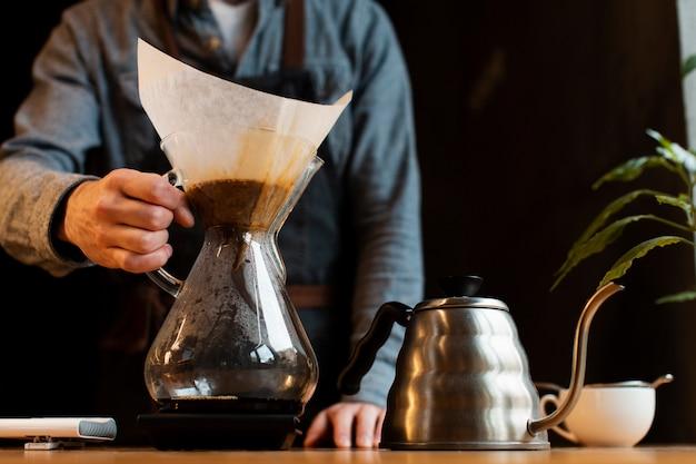 Close-up do homem segurando o filtro de café