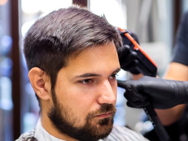 Close-up do homem sério, preparando-se para um novo visual
