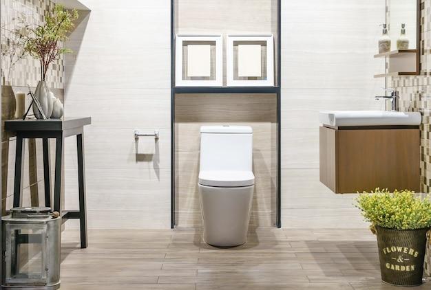 Close-up do interior de casa de banho wc com assento de cerâmica branca